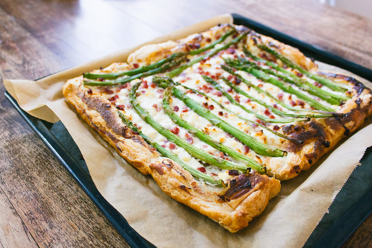 [:en]Recipe: Pizza with asparagus and bacon[:nl]Recept: Asperge plaatpizza met geitenkaas en bacon[:]